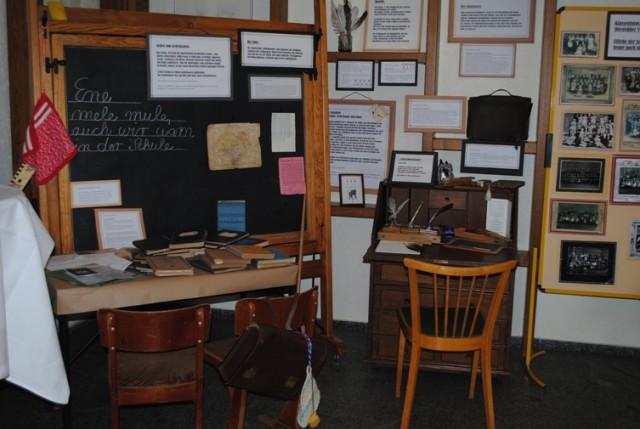 Alte Schulbänke, Bücher und Fotos