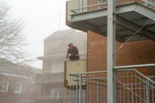 Aufgrund der Corona-Pandemie gab es beim ersten Spatenstich nur wenige Gäste. Dieser Heimbewohner hatte aber einen Zuschauerplatz auf seinem Balkon. Foto: SMMP/Ulrich Bock
